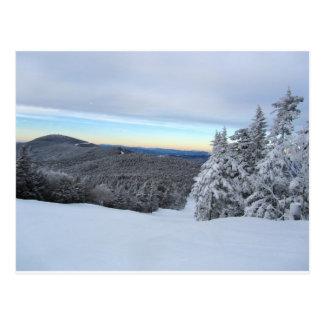 Puesta del sol en la montaña postal
