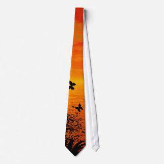 Puesta del sol en la playa corbata