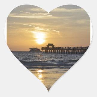 puesta del sol en la playa de Nápoles Calcomanía Corazón Personalizadas