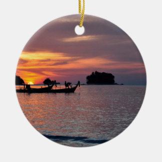 Puesta del sol en la playa de Phuket Adorno Navideño Redondo De Cerámica