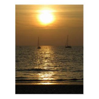 Puesta del sol en la playa de Phuket Postales