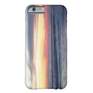 Puesta del sol en la playa funda de iPhone 6 barely there