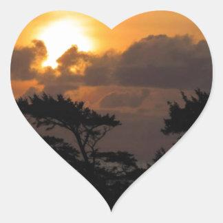 Puesta del sol en la playa pegatina en forma de corazón