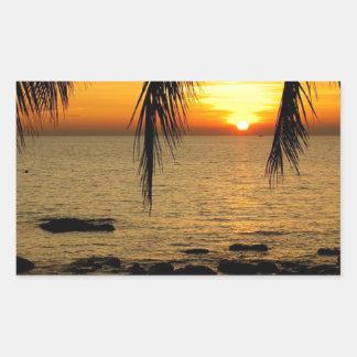 Puesta del sol en la playa pegatina rectangular