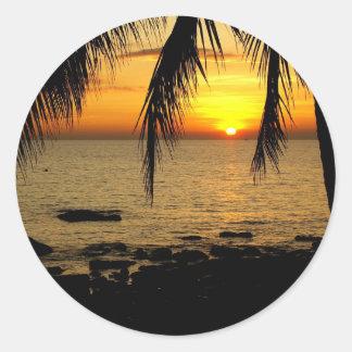 Puesta del sol en la playa pegatina redonda