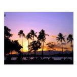 Puesta del sol en la playa postal