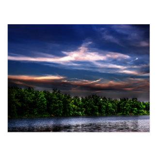 Puesta del sol en la postal del lago