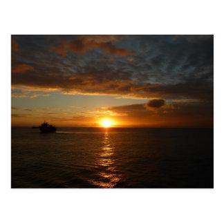 Puesta del sol en la postal del mar