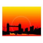 Puesta del sol en la postal del puente de la torre