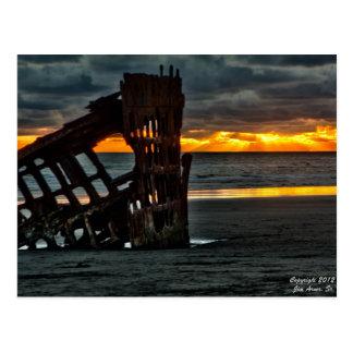 Puesta del sol en la ruina del Peter Iredale #1 Postal