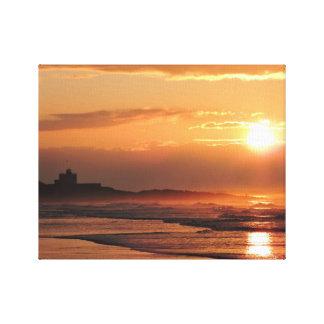 Puesta del sol en lona de la playa de Bamburgh Lienzo Envuelto Para Galerías