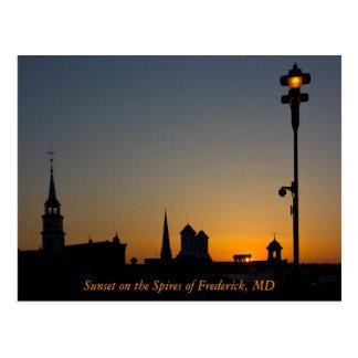 Puesta del sol en los chapiteles de Frederick Tarjetas Postales
