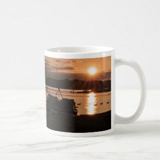 Puesta del sol en los muelles tazas de café
