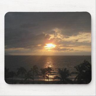 Puesta del sol en nubes sobre paraíso tapete de ratones