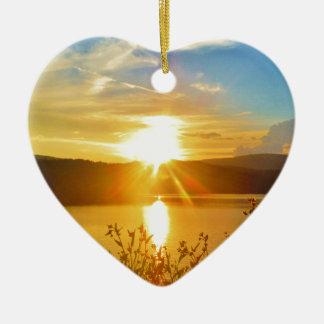 Puesta del sol en punta de flecha del lago de la m adornos