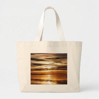 Puesta del sol en un lago, bolso de la playa bolsas