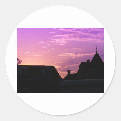 puesta del sol en violeta pegatina redonda