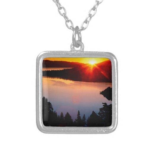 Puesta del sol esmeralda de Tahoe de la bahía del  Joyeria
