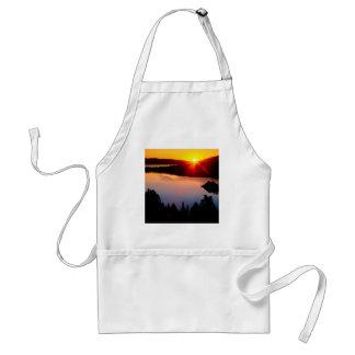 Puesta del sol esmeralda de Tahoe de la bahía del  Delantales