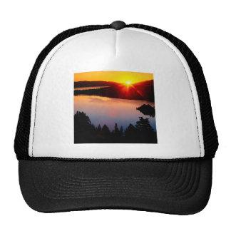 Puesta del sol esmeralda de Tahoe de la bahía del  Gorra