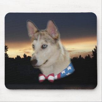 Puesta del sol fornida patriótica del perro alfombrilla de ratón