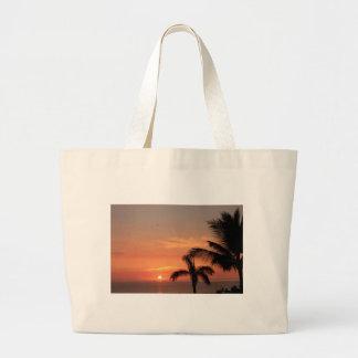 Puesta del sol hawaiana anaranjada, pájaros y palm bolsa