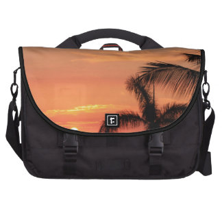 Puesta del sol hawaiana anaranjada, pájaros y palm bolsas para ordenador