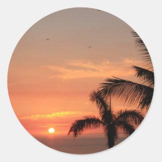 Puesta del sol hawaiana anaranjada, pájaros y pegatina redonda