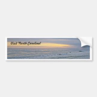 Puesta del sol hermosa a lo largo de la isla del r etiqueta de parachoque