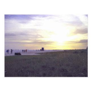 Puesta del sol hermosa a lo largo de llaves de la  tarjetas postales