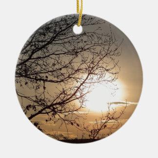 Puesta del sol hermosa con los branchs adorno navideño redondo de cerámica