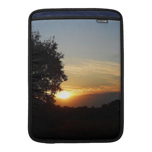 ¡Puesta del sol hermosa en camino! Fundas Macbook Air