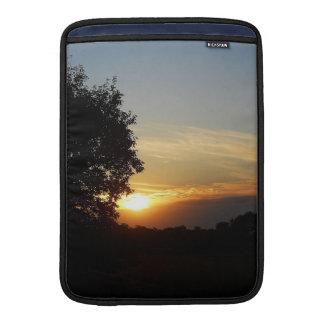 ¡Puesta del sol hermosa en camino Fundas Macbook Air