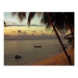 puesta del sol hermosa en el ajuste tropical postales