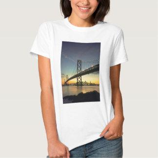 Puesta del sol hermosa: Puente de la bahía, San Playera