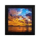 Puesta del sol hermosa sobre el lago con el barco cajas de recuerdo