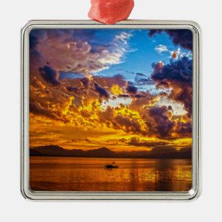 Puesta del sol hermosa sobre el lago con el barco ornamentos de reyes magos
