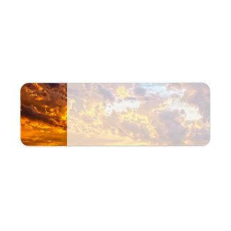 Puesta del sol hermosa sobre el lago con el barco etiqueta de remite