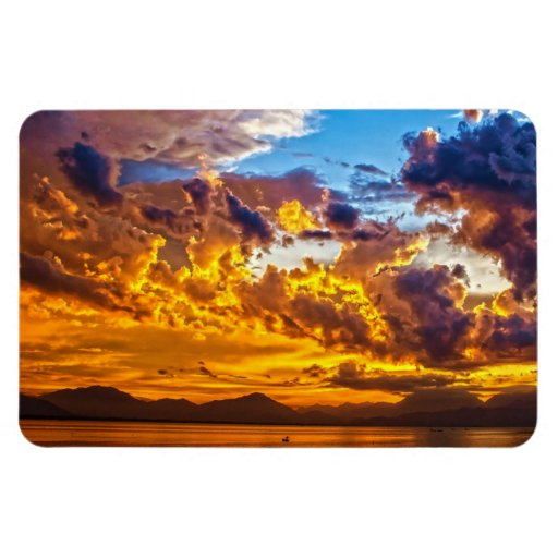 Puesta del sol hermosa sobre el lago con el barco imanes rectangulares