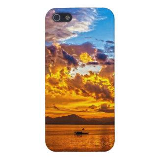 Puesta del sol hermosa sobre el lago con el barco iPhone 5 fundas