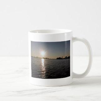 Puesta del sol hermosa sobre el lago Ontario Tazas De Café