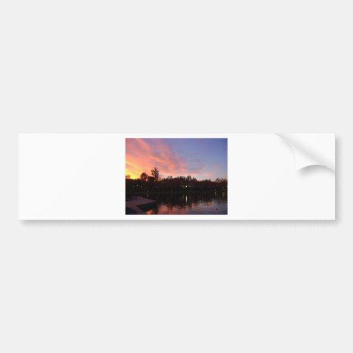 Puesta del sol hermosa sobre el lago pegatina para auto