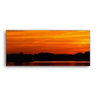 Puesta del sol hermosa sobre paisaje del agua del