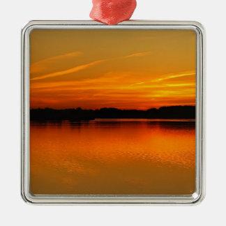 Puesta del sol hermosa sobre paisaje del agua del  adornos