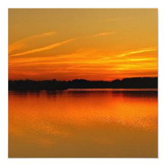 """Puesta del sol hermosa sobre paisaje del agua del invitación 5.25"""" x 5.25"""""""