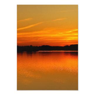 """Puesta del sol hermosa sobre paisaje del agua del invitación 5"""" x 7"""""""