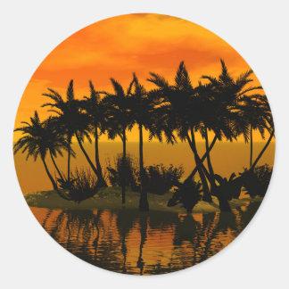 Puesta del sol hermosa sobre una isla de palma pegatinas redondas