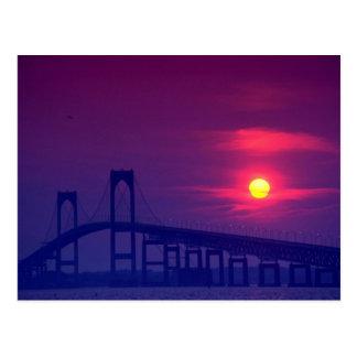 Puesta del sol hermosa: Sun que fija sobre un puen Tarjeta Postal
