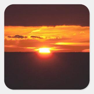 Puesta del sol intensa pegatina cuadrada
