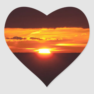 Puesta del sol intensa pegatina en forma de corazón
